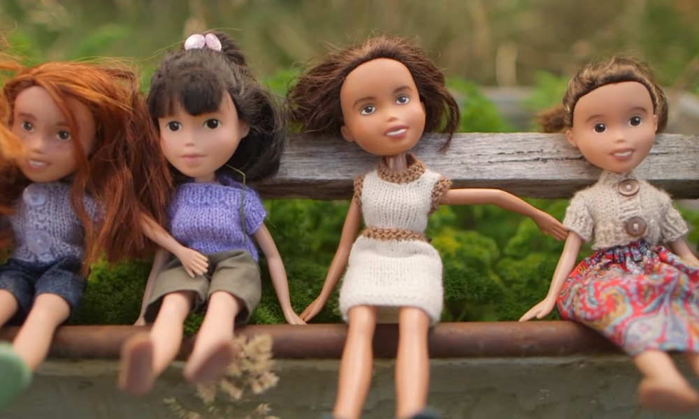 Mãe modifica bonecas da filha para lhes dar uma aparência mais infantil e natural